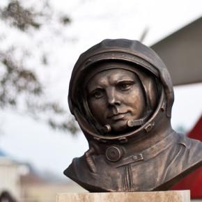 Az első űrhajós szobra Gyulaházán