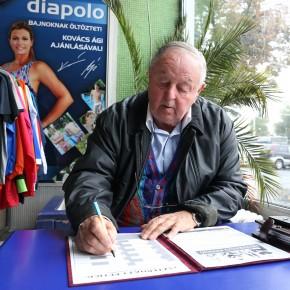 Nyolcezer támogató: Kárpáti György is aláírta az Eszterházy Petíciót