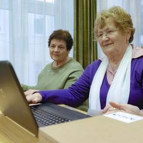 Laptopokat vehettek át az idősek Füzesabonyban